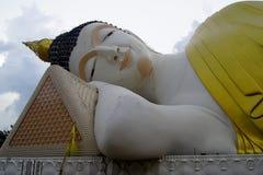 Il Buddha adagiantesi enorme è incastonato dentro il tempio Fotografia Stock