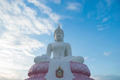 Il Buddha bianco sul cielo blu di sera Fotografia Stock