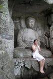 Il buddha e la ragazza Immagini Stock