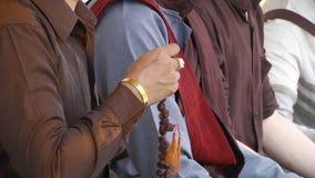 Il buddista ha letto la preghiera che conta il rosario video d archivio