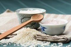 Il budino di riso casalingo in ciotole cinesi sopra lilen il panno Fotografia Stock