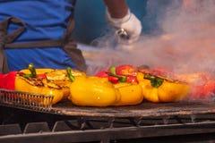 Il buffet culinario con sano porta via il pasto - le verdure arrostite, il pesce e la carne sul mercato culinario dell'alimento d fotografia stock