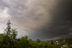 Il buio della tempesta si rannuvola il villaggio immagine stock