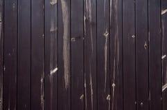 Il buio ha macchiato il bordo di legno con i nodi candeggiati immagini stock