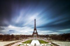 Il buio si appanna la torre Eiffel fotografie stock libere da diritti