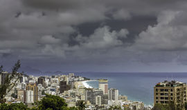 Il buio si rannuvola la spiaggia di Ipanema in Rio de Janeiro immagine stock