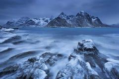 Il buio si rannuvola un fiordo in Norvegia nell'inverno Fotografia Stock Libera da Diritti