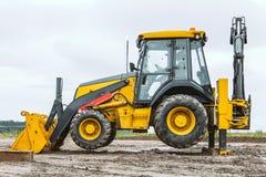 Il bulldozer giallo supera la barriera fotografia stock
