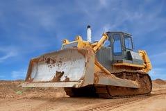 Il bulldozer pesante con la metà ha alzato la lamierina nel sandpit Fotografia Stock