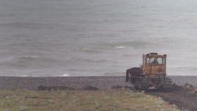 Il bulldozer sta funzionando per rinforzare il litorale contro il contesto del mare tempestoso Pricipalmente nuvoloso archivi video