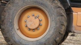 Il bulldozer trasporta la terra archivi video