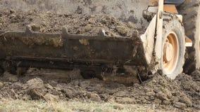 Il bulldozer trasporta la terra video d archivio