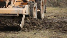 Il bulldozer trasporta la terra stock footage