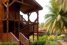 Il bungalow comodo accogliente di legno alloggia le scale che stanno vicino al Fotografie Stock Libere da Diritti