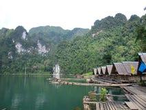 Il bungalow e la zattera sul lago chiew Lan, Tailandia Immagini Stock