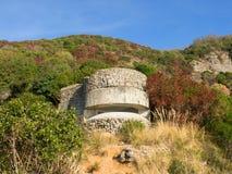Il bunker costiero della seconda guerra mondiale nel Mediterraneo sfrega Fotografia Stock Libera da Diritti