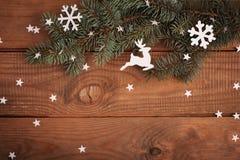 Il Buon Natale carda le decorazioni nel taglio di carta con l'abete fotografia stock libera da diritti