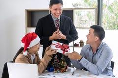 Il Buon Natale ed il buon anno, giovane gruppo di affari sono cele fotografie stock libere da diritti