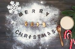 Il Buon Natale esprime scritto con le lettere del biscotto su tabl di legno Immagini Stock Libere da Diritti