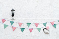 Il Buon Natale fa festa la stamina delle bandiere che appende sul fondo bianco della parete sull'evento di festa di vigilia di ma Fotografia Stock