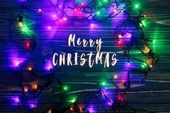 Il Buon Natale manda un sms al segno sulla struttura delle luci della ghirlanda colorful Immagini Stock Libere da Diritti