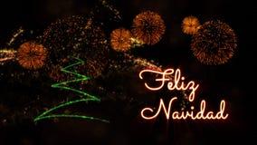 """Il Buon Natale manda un sms a nello Spagnolo """"Feliz Navidad"""" sopra il pino ed i fuochi d'artificio fotografia stock libera da diritti"""