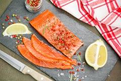 Il buongustaio ha affettato il salmone salato Immagine Stock