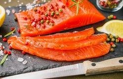 Il buongustaio ha affettato il salmone salato Fotografia Stock