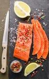 Il buongustaio ha affettato il salmone salato Immagini Stock