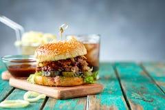Il buongustaio ha tirato l'hamburger della carne di maiale con con insalata di cavoli e salsa barbecue immagini stock libere da diritti