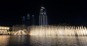 Il Burj impressionante Khalifa alla notte con le luci e la riflessione Fotografie Stock