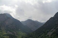 Il burrone del nord di regione di Caucaso Elbrus, le cime delle montagne è nascosto dalle nuvole Fotografia Stock Libera da Diritti