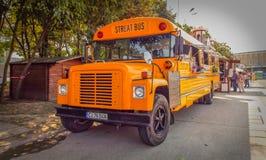 Il bus americano arancio si è trasformato in alimenti a rapida preparazione mobili Immagine Stock Libera da Diritti