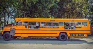 Il bus americano arancio si è trasformato in alimenti a rapida preparazione mobili Fotografie Stock Libere da Diritti
