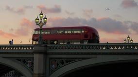 Il bus attraversa il ponte di Westminster al tramonto video d archivio