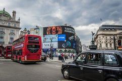 Il bus ed il taxi trafficano sul circo di Piccadilly a Londra, Inghilterra Immagini Stock