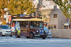 Il bus facente un giro turistico del ciclo nella città di Himeji Fotografia Stock