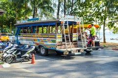 Il bus ha preso i turisti in Tailandia ad una fermata fotografie stock
