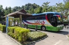 Il bus ha preso i turisti in Tailandia ad una fermata fotografia stock