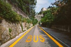 Il bus per trasporto pubblico di un bus giallo in Italia, Lombardia immagine stock
