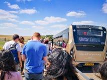 Il bus prenderà la gente per visitare Stonehenge fotografie stock libere da diritti