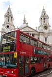 Il bus rosso di Londra davanti alla cattedrale di St Paul immagine stock