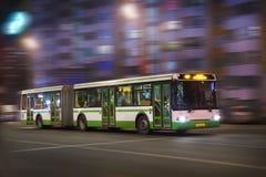 Il bus si muove alla notte Fotografie Stock