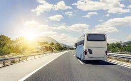 Il bus si precipita lungo la strada principale ad alta velocità dell'asfalto Fotografia Stock Libera da Diritti