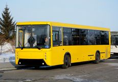 Il bus, stante alla fermata dell'autobus Fotografie Stock Libere da Diritti