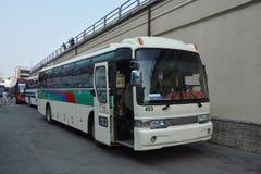 Il bus, stante a città portuale di Vladivostok, la Russia Fotografie Stock