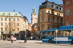Il bus su combustibile biologico in Gamla Stan. Stoccolma immagine stock