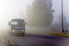 Il bus in una nebbia Fotografia Stock