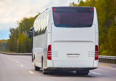 Il bus va sulla strada principale fotografie stock libere da diritti