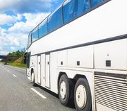 Il bus va sulla strada principale Immagine Stock